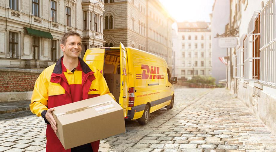 Ein DHL Paketboten und ein DHL Zustellfahrzeug