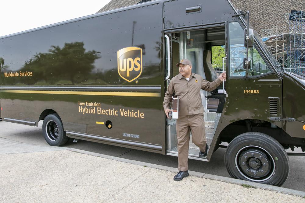 Un vehículo de reparto de UPS y un conductor de reparto de paquetes