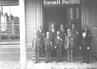 Postbeamte vor einer Poststation 1894